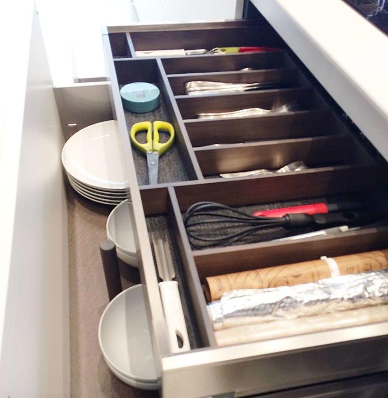 módulo cajonero con cajón interior , con accesorio cubertero personalizado , esterilla y acabado en roble gris oscuro